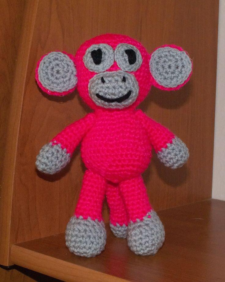 Opička je háčkovaná z příze Elian, vyplněná umělým kuličkovým rounem.  Očka má vyšitá, lze změnit na umělá bezpečnostní. Končetiny přišité na pevno, lze změnit na pohyblivé.