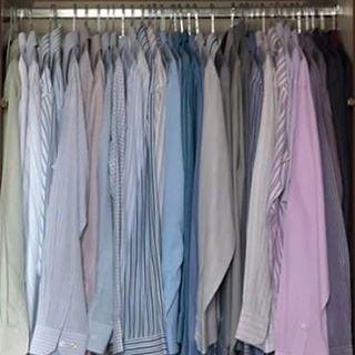 """DEPOIS:  Pode até parecer """"frescura"""", mas as camisas organizadas por cor, facilita a correria do dia a dia, além de ajudar na montagem dos looks. Observe também que a padronização dos cabides permite uma melhor visualização e deixa tudo mais bonito!  #frescurasdatati #antesedepois #camisas #organizacao #organize #tudonolugar #facilitandoavida"""