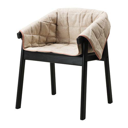 IKEA - ESBJÖRN, Cadeira, A cadeira é muito confortável graças aos braços e ao encosto arredondado.</t><t>Pode usar a capa para mudar o aspeto da cadeira ESBJÖRN.</t><t>A capa adere à cadeira, graças às pequenas bolas de silicone antiderrapantes na parte de trás.</t><t>O rebordo decorativo a vermelho adiciona cor e um bonito detalhe de design.