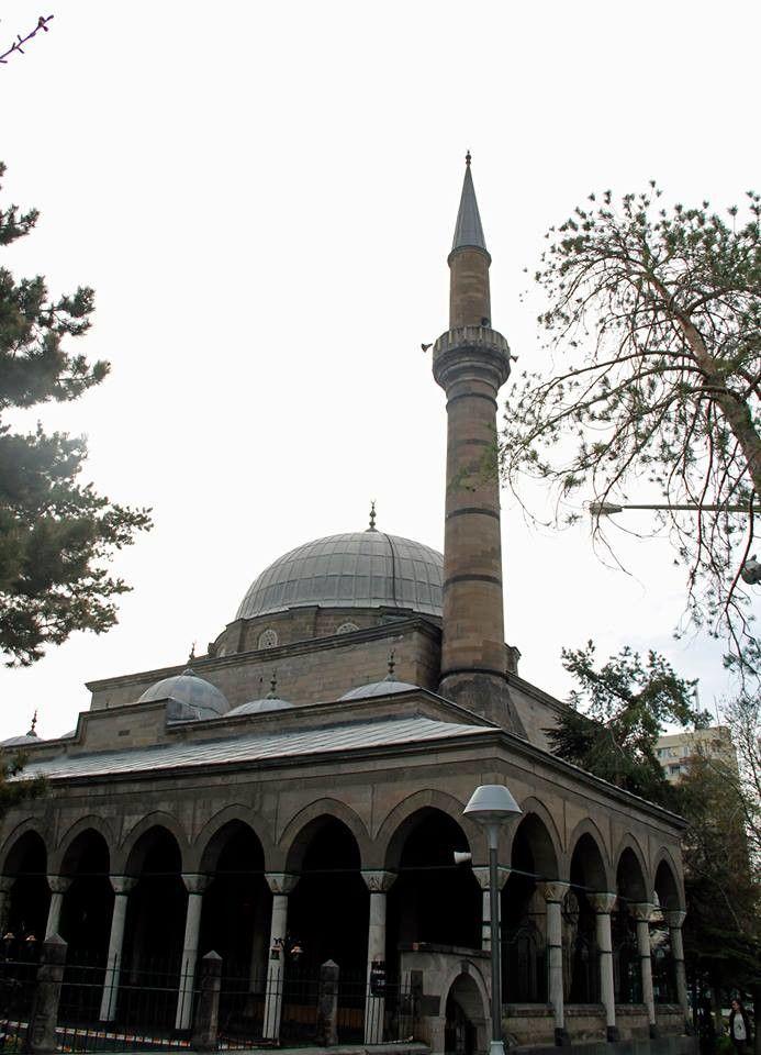 Mimar Sinan'ın Memleketindeki Mirası: Kurşunlu Cam Bir ömre unutulmayacak eserler sığdıran Mimar Sinan'ın memleketi Kayseri'de ayakta kalan tek eseri Kurşunlu Cami, büyük mimarın kentteki mirası olduğu için farklı bir önem barındırıyor. Klasik dönem Osmanlı mimarisinin Kayseri'deki özgün eserlerinden olan ve 1576 yılında yaptırıldığı belirlenen, tek kubbeli, tek minareli, son cemaat mahalli çift revaklı bir caminin Ahmed Paşa tarafından inşa ettirildiği, giriş kapısı üzerindeki kitabeden…