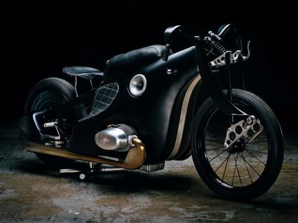Existem tantas motocicletas customizadas e com um número táo grande de propostas que é difícil que alguma customização te surpreenda tanto quanto esta BMW Landspeeder da Revival Cycles, oficina de customização do Texas (Estados Unidos). O objetivo desta preparação, encabeçada por Alan Stulberg,foi oferecer uma reinterpretação moderna da BMW R37 de 1928 utilizada pelo piloto Ernst Henne, que bateu dezenas de recordes de velocidade (76, para ser exato) entre 1929 e 1937.