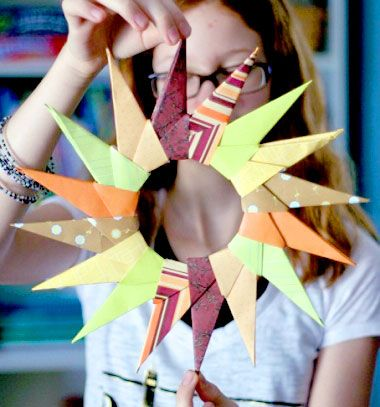 DIY Origami starburst wreath - easy frugal fall decor // Őszi-karácsonyi origami koszorú - egyszerű kopogtató papírból // Mindy - craft tutorial collection // #crafts #DIY #craftTutorial #tutorial #Origami #OrigamiModels #PaperFolding #PaperCrafts
