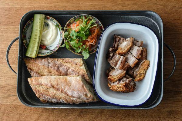 In dem folgendem Rezept gibt es nur ein Ziel: Eine schöne krosse Kruste. Dazu verarbeiten wir ein schönes Stück vom Schweinebauch, um am Ende ein leckeres vietnamesisches Sandwich Banh Mi in den Händen zu halten. Heo Quay bedeutet ins Deutsche übersetzt einfach Schweinebraten. Oft isst man diesen in Vietnammit Reisnudeln oder Reis. Mit süß-sauer eingelegtem […]