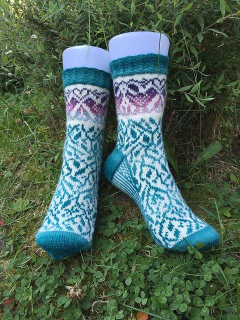 Du kan bruka alle typer tynt sokkegarn til disse sokkene. Jeg brukte Arwetta, da klarer du deg med et nøste av hver farge.Hvis du velger å strikke de øverste fuglene i en annen farge, trenger du ca 10 gram av den fargen.