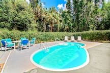 Condominium in Tarpon Springs, United States. 4BR, 2BA rental one block from the beach in Tarpon Springs with high ceilings and plenty of room for a group of 11! Take a dip in the heated pool, or head out to explore some of America's best beaches – Like Clearwater – just a short drive away.  ...