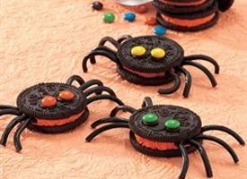 Spooky Spider Cookies from Tablespoon. http://punchfork.com/recipe/Spooky-Spider-Cookies-Tablespoon