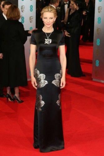 H Cate Blanchett -σε μία από τις πιο ήσυχες εμφανίσεις της- με Alexander McQueen column φόρεμα με prints από λουλούδια κι εντυπωσιακό κόσμημα στο λαιμό Chopard. #Bafta