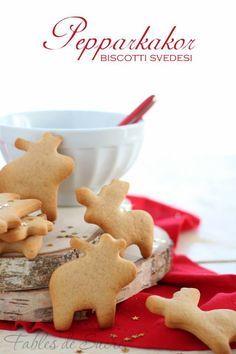 Pepparkakor sono biscotti svedesi tipici del Natale, croccanti e profumati. Se vi piacciono cannella, chiodi di garofano e zenzero fanno al caso vostro.