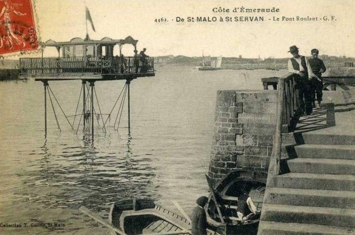 Pont roulant construit en 1873 par l'architecte Alexandre Leroyer. Reliait St-Malo à St-Servan séparés par l'entrée du port à marée basse / haute. Plateforme de 6m x 7m sur 1 structure de 10m de haut, roulant sur 1 chemin de fer, tracté d'1 coté à l'autre par 1 moteur placé sur le quai. 50 passagers max à bord, payant 1 à 2 sous, pour la traversée de 2min. Détruit en 1922 par le naufrage d'1 navire.  Il n'aurait existé qu'1 seul autre pont roulant semblable (1894-1901 à Brighton, Angleterre)
