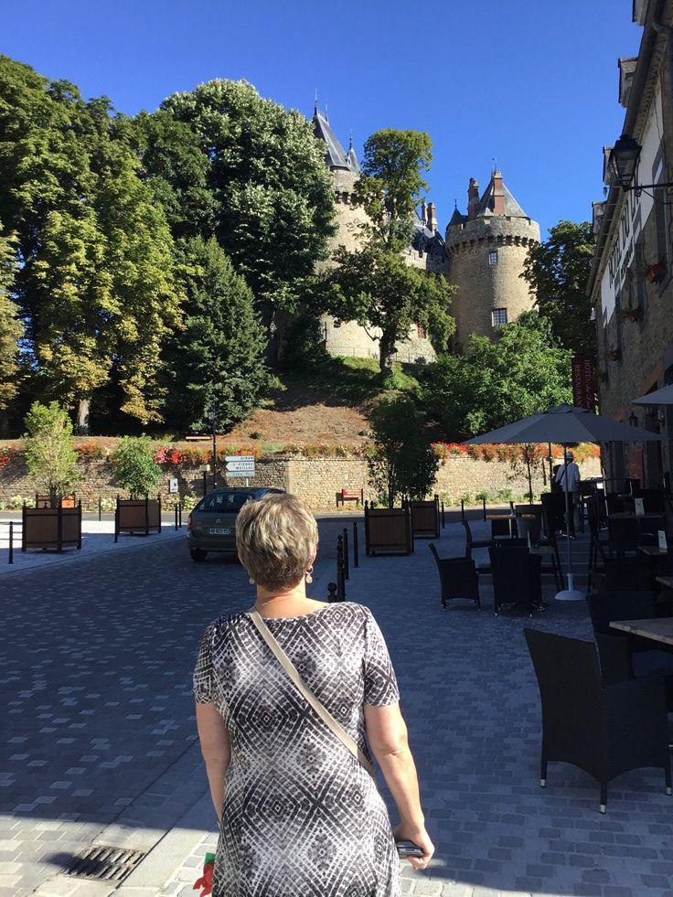 34- Château de Combourg - § COMBOURG: Nous montâmes le perron; nous pénétrâmes dans un vestibule sonore, à voûte ogive et de ce vestibule dans une petite cour intérieure. De cette cour, nous entrâmes dans le bâtiment regardant au midi sur l'étang et jointif de 2 petites tours. Le château entier avait la figure d'un char à 4 roues.