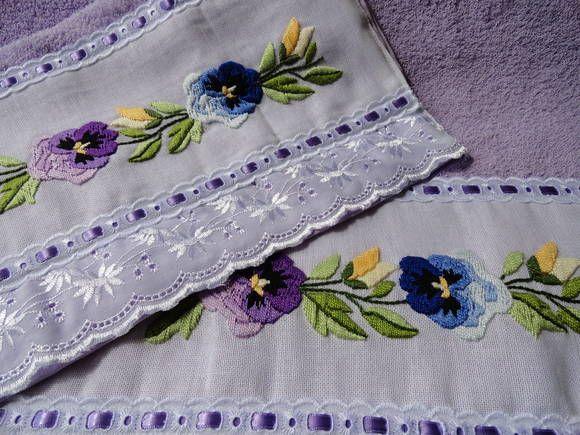 Uma toalha de banho e uma de rosto, bordada a mão em ponto cheio.