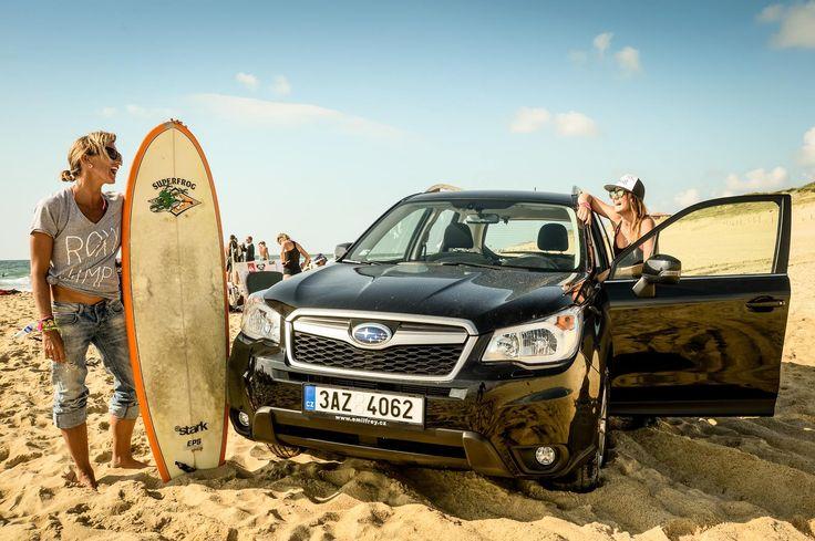 Odvezli jsme české surfařky na mistrovství do Francie. Už za tuhle fotku cesta z Prahy k Atlantiku stála! #forester