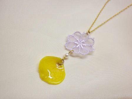 淡い紫色のレースと黄色のバラの花びらを合わせてネックレスにしました。白いレースのワンピースやトップスによく似合います☆*本物のバラを樹脂でコーティングしていま...|ハンドメイド、手作り、手仕事品の通販・販売・購入ならCreema。