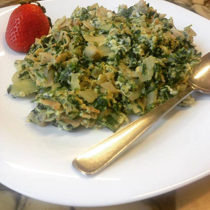 Lente omelet met spinazie & kip.  Ingrediënten: 100 gr kipfilet vleeswaren, 2 eieren, 100 gram biologische diepvries spinazie a la crème, 1 ui, 2 teentjes knoflook, 3 plakjes kaas. Bereiden: snijd de ui, kipfilet en knoflook fijn, fruit eerst de ui in kokosolie, daarna kip en knoflook toevoegen, even mee bakken en dan spinazie erbij. Laten ontdooien en op het einde de kaas en eieren erbij doen en nog even roerbakken! #omlet #koolhydraatarm #spinazi #kip
