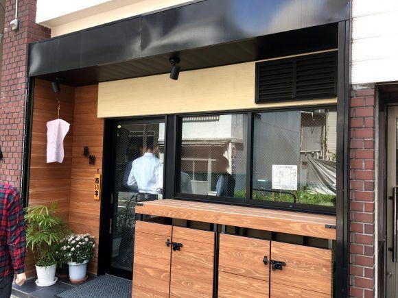 言うまでもなくカレーはウマイ。カレーライスは、もはや日本の家庭になくてはならない存在だ。一方、うどんもウマイ。つゆの味とモチモチした麺には「和の心」を感じる。つまり、「カレー+うどん=超ウマイ」。……という発想で創られたかどうかはわからないが、とりあえずカレーうどんはウマイ。カレールーを使った刺激的なつゆの味についついうどんをかき込んでしまう。で、気づけば服にカレー染みが出来ているわけだ。オーマイ …