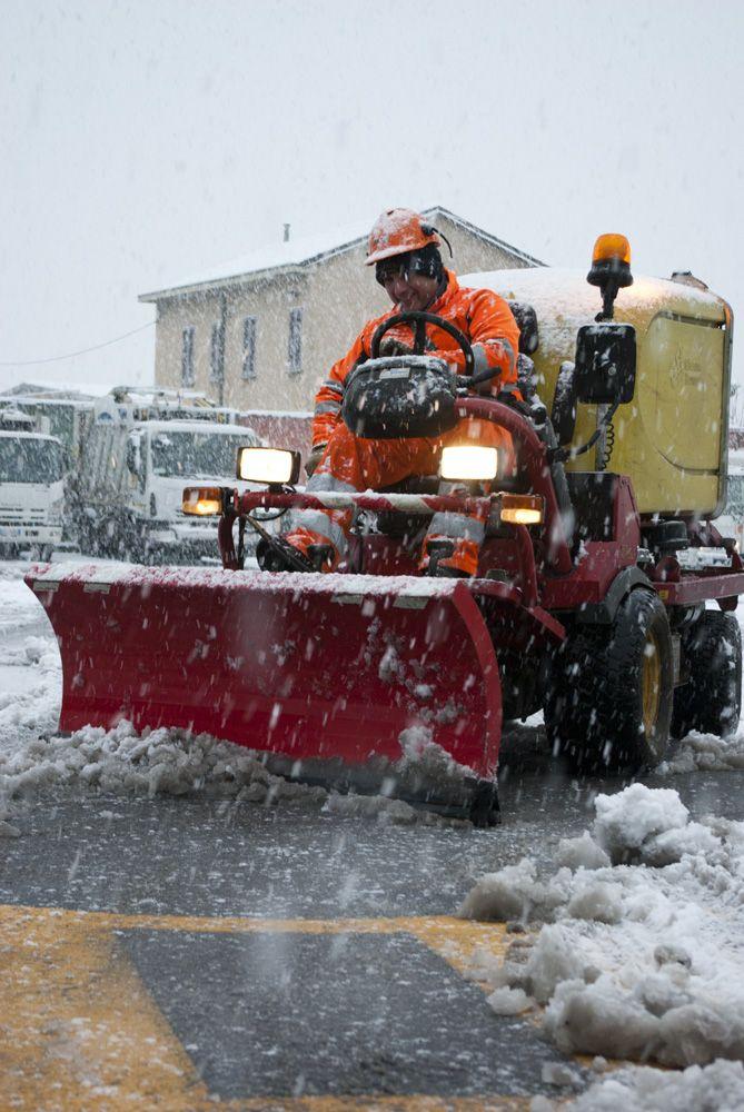 Salvatore alle prese con lo spalamento neve www.coopagridea.org