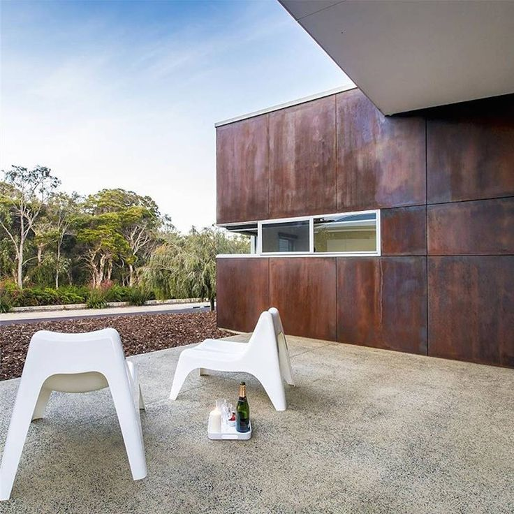 """""""Minimalistic outdoor design by @lovemishack and @bluewater_building - makes an incredible feature out of Scyon Matrix painted with @duluxaus rust paint.…"""""""
