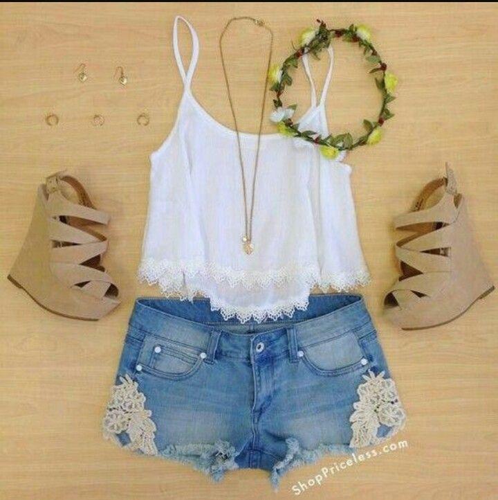 Muy lindo estos shortsde jeans y una polera blanca y esos zapatos! Una idea unica para el verano🌞