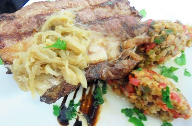 Falda de vacuno a la parrilla, con ratatouille, cebolla y almendras http://www.carnivorosgourmet.es/ver_recetas_gourmet.php?id_receta=382 #recetas #gastronomía de Rubén Cordero