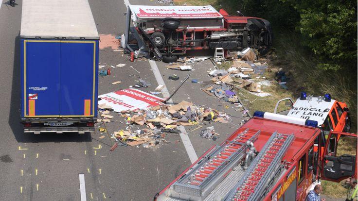 Vollsperrung! - Schwerer Lkw-Unfall auf Autobahn 7 - Stuttgart - Bild.de