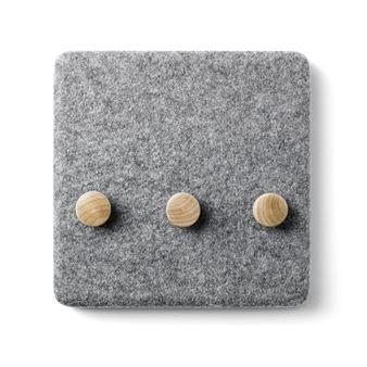 Den vidunderlige kleshengeren Filtpanel kommer fra danske Menu og har moderne skandinavisk design fra designerteamet Norm. Kleshengeren er en praktisk detalj som holder orden på jakkene, nøklene eller smykkene dine. Kleshengeren er vakker i seg selv men blir ekstra spennende hvis du kombinerer den med andre funksjonelle deler fra Felt Panel-serien. Norms filtpanel føles veldig naturlig og den grå filten er en vakker kontrast til det lyse treet!