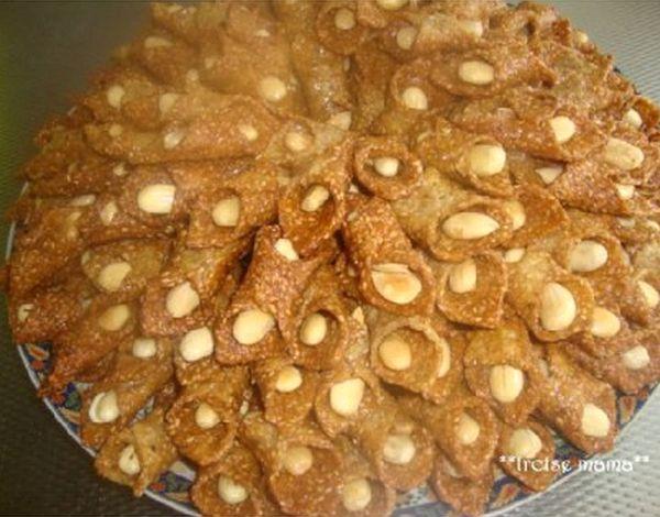 Chebakia in de vorm van een belgha (Marokkaanse schoentjes) met sesamzaad, amandelen en honing.