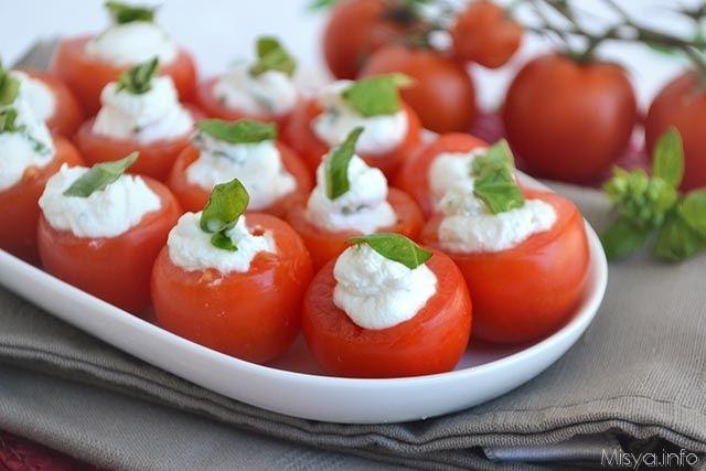 Ed eccomi con la ricetta di oggi, dei pomodorini ripieni di formaggio caprino e basilico, un antipasto freddo facilissimo e gustoso, da mangiare un bocconcino dopo l'altro.