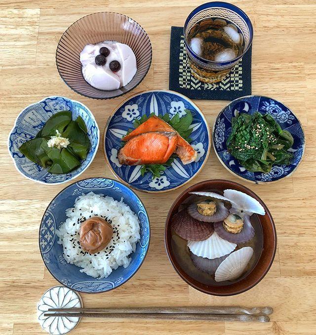 地味すぎ 朝ごはん . めかぶ 紅鮭 ちぢみほうれん草のソテー 自家製梅干しごはん ホタテの稚貝のお味噌汁 ブルーベリーヨーグルトと麦茶 . 野菜が高い中、めかぶがちょっと安かったよ。 ホタテの稚貝も安くて美味しい家計のミカタ。 . 家計簿つけた事ないけどね。 . . 頑張れ水曜日〜〜