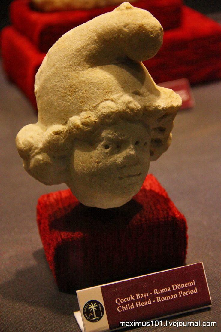 Археологический музей в Измире. Голова ребенка в фригийском колпаке.