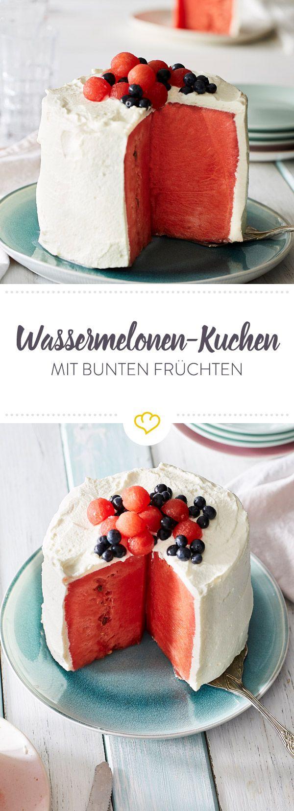 So einfach wirst du mit 5 Zutaten zum Tortenbäcker. Die Basis: fruchtig-saftige Wassermelone. Die Creme: süße Vanillesahne. Das Topping: kleine Blaubeeren.