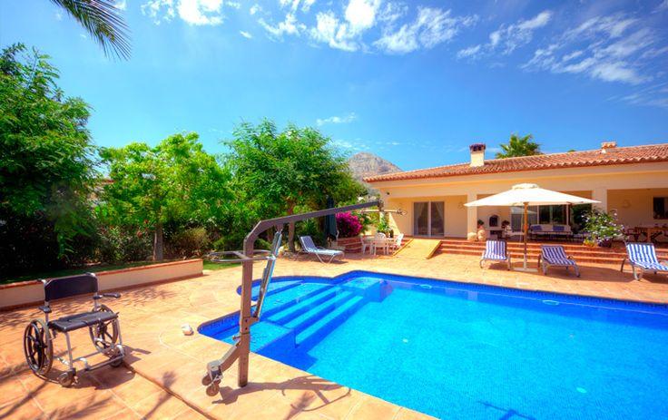 Het deels #aangepaste #vakantiehuis, Villa  Xenofilia IV, In Javea aan de Costa Blanca,  heeft de mogelijkheid om een hydraulische zwembadlift met tilband te installeren, zodat ook #mindervaliden gebruik kunnen maken van het verwarmde zwembad.