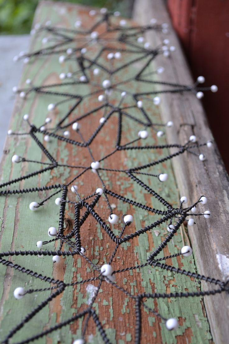 Sněhová vločka Velká sněhová vločka je vytvarovaná ze železného drátu a zdobena je bílým rokajlem s perletí. Každá vločka má háček, za který se dá zavěsit. Průměr cca 19 cm. Uvedena cena je za jednu vločku. ?Ke každé objednávce posílám malý milý železný dáreček?  Jak pečovat o výrobek: Drátek je ošetřen proti korozi, ale časem může začít chytat ...