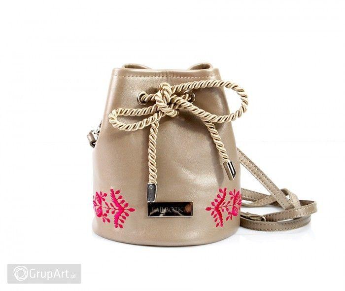 """Torebka mini """"worek"""" wykonana z włoskiej skóry w kolorze beżowym z połyskiem perłowym. Torebka uszyta w jednym egzemplarzu. Główną ozdobą torebeczki jest stonowany haft - Kłos. W środku znajduje się pikowana podszewka w kolorze różowym. #torebka #skora #handmade #grupart Zobacz także inne nasze torebki na ramię handmade: http://www.grupart.pl/na-ramie-143.html"""