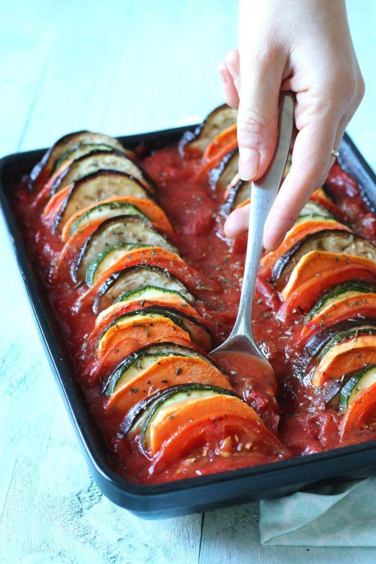 Dit recept is laag in koolhydraten, dus een perfect slank recept. Dit is een ratatouille van gezonde groenten en zoete aardappelen in een heerlijke tomatensaus.