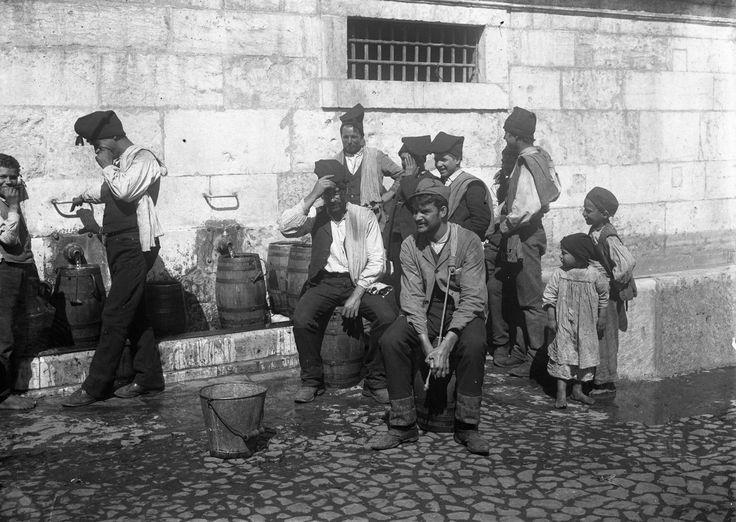 Lisboa, Aguadeiros no Chafariz de Dentro, 1907 (public fountain)