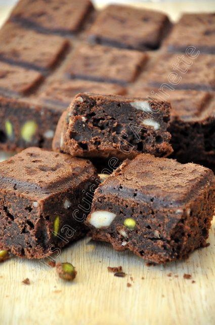 Pour le goûter du mercredi, un brownies, ça vous dit ? Réalisé dans le moule tablette, cela donne 16 parts tout à fait raisonnables :-) 250 g de chocolat noir dessert 140 g de beurre demi sel 100 g de cassonade 1 sachet de sucre vanillé 80 g de farine...