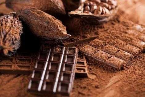 La historia del mejor regalo que México le ha dado al mundo -  La mitología atribuye al dios Kukulkan quien ofreció a los mayas el cacao (kakaw, en lenguaje maya) y estos para agradecerlo y para honrar al dios del cacao, celebraban un festival anual en abril, un evento que incluía sacrificios de animales con marcas pintadas de chocolate, ofrendas de cacao, plumas, incienso e intercambio de regalos.    Según los aztecas, el dios bueno y sabio que habia traido consigo las semillas de cacao…