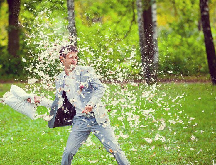 Филь Максим - Свадебная фотография с перьями от подушек, борьба на подушках с рассыпаными перьями, креативное решение свадебной прогулки.