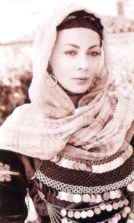 """Φορεσιά Σαλαμίνας Σμαράγδα Καρύδη Φωτογραφικό λεύκωμα Παραδοσιακές Φορεσιές"""" (Εκδόσεις Φερενίκη,2004) Φωτογράφος: Καλλιόπη Καρβούνη."""