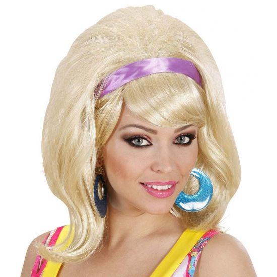 Blonde 60's pruiken met haarband  Blonde modieuse jaren 60 pruik voor volwassenen. Maak uw jaren 60 kostuum af met deze mooie modieuse schouderlang haar jaren 60 pruik. Deze jaren 60 pruik is blond en is inclusief paarse haarband.  EUR 16.50  Meer informatie