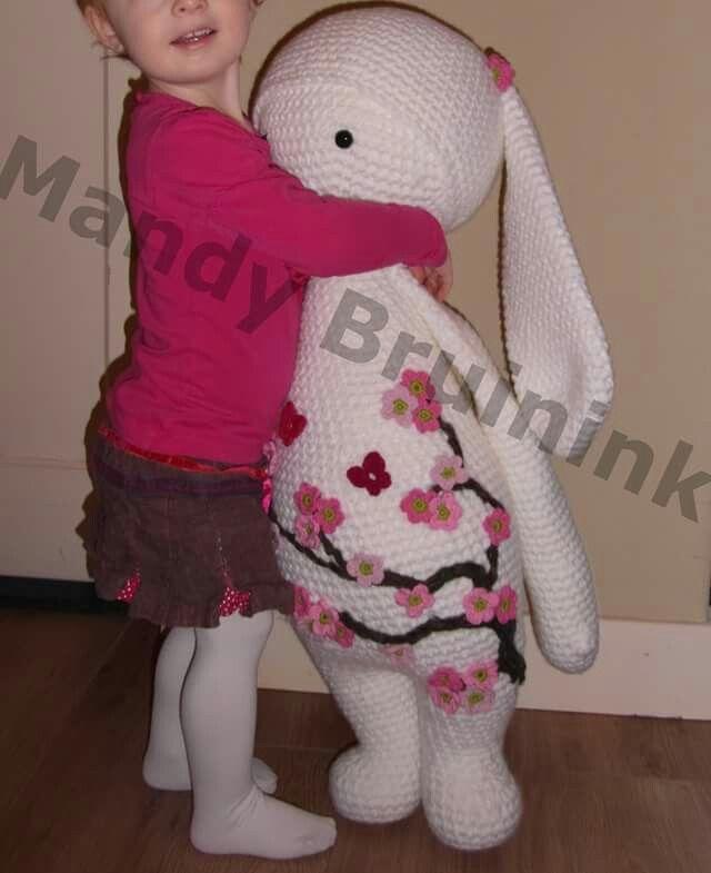 Mijn schatje met haar schatje :D. Gehaakt volgens patroon van Lalylala met 4 draden Royal en haaknaald 8. Veiligheidsogen van 19 mm, ongeveer 1,5 kilo vulling en bijna 20 bollen verder -> Rita Rabbit van bijna 1 meter ^^