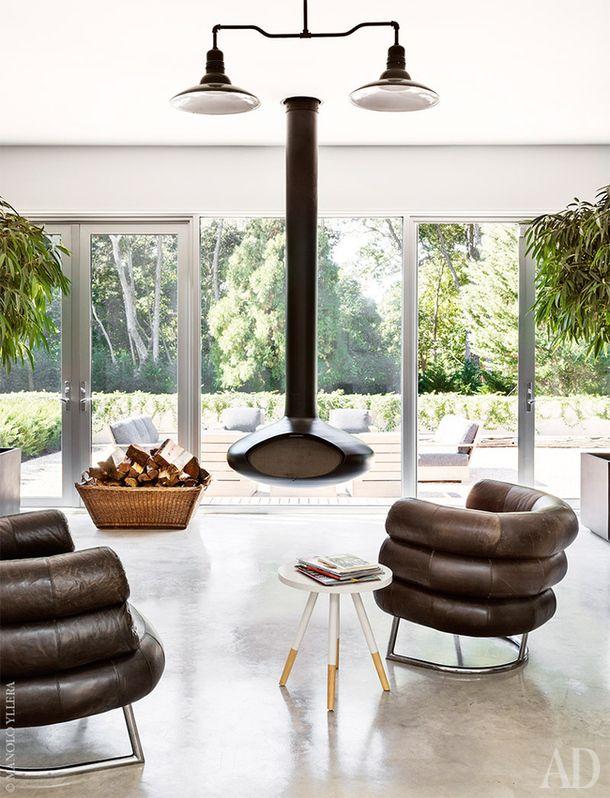 Кресла Bibendum подизайну Эйлин Грей были куплены нааукционе. Камин, Prospect Heights. Винтажная люстра найдена на eBay.