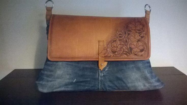 borsa realizzata recuperando un vecchio paio di jeans e cuoio lavorato in sherydan style