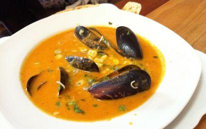 Zuppa di cozze - Una ricetta classica per un menù estivo: la zuppa di cozze. Questa è molto facile da preparare e può considerarsi un vero piatto della cucina mediterranea.