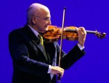 Il violinista e direttore d'orchestra scrive alle sue gemelle. Una lettera con una riflessione sull'insegnamento nelle scuole e l'importanza della pratica della musica d'insieme come educazione al rispetto reciproco