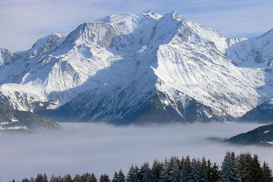 Entre Haute-Savoie et Vallée d'Aoste en Italie, le Mont-Blanc culmine à 4 810 mètres d'altitude. .