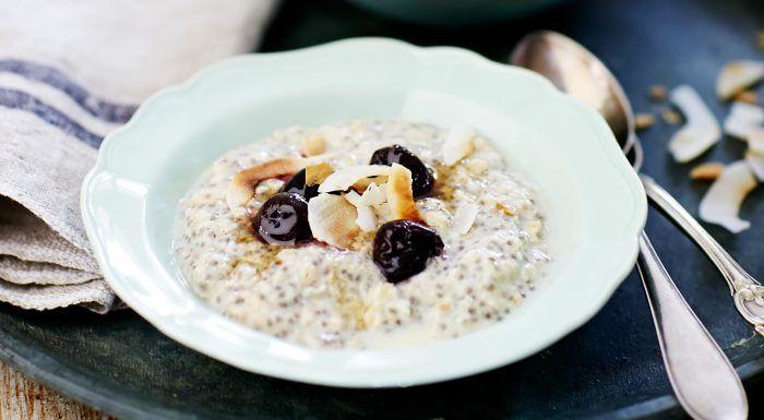 Overnight oats med chiafrön, söta körsbär och rostad kokos