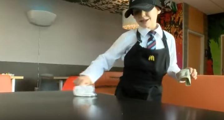 """""""Es el mejor trabajo que he hecho"""", dice con orgullo Trenton Gardner de su empleo en un restaurante McDonalds en Bicknell, Indiana."""