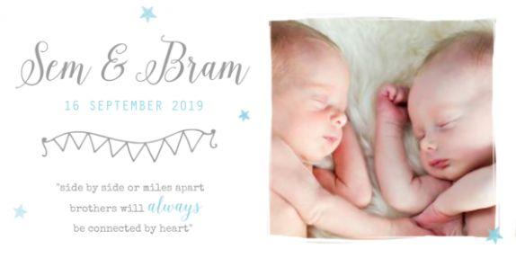Origineel liggend geboortekaartje voor een tweeling met ruimte voor een mooie foto en vlak met tekst en geboortegegevens.