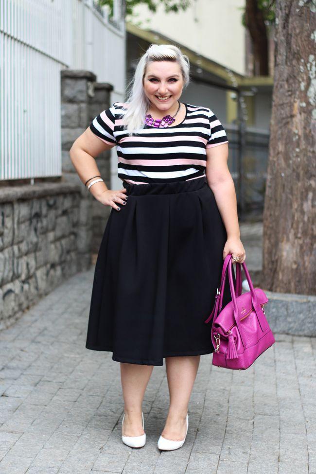 Ju Romano aposta na saia midi plus size com uma blusa listrada para ficar fashion e confortável. Veja onde comprar a saia midi plus size e como usar.